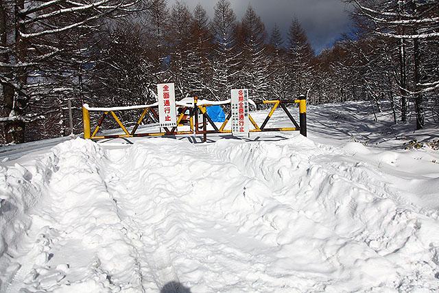 頑丈なゲート。ここからは除雪されていないので雪の量が一気に増える。
