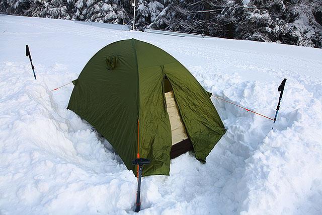 テントを張って角をスコップやストックで固定する。竹ペグは効かなかったので細かい固定は諦めた。出入り口は掘って低くしておくと出入りがしやすい。