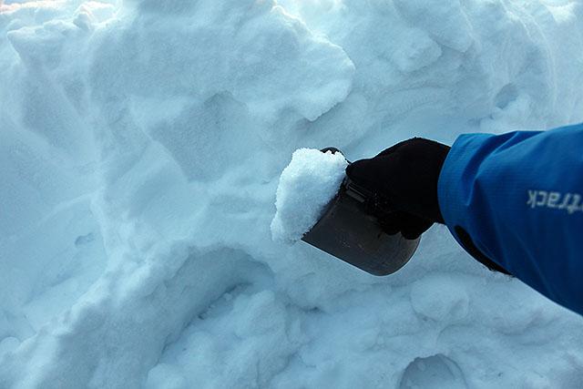 コッヘル(携帯用鍋)に雪を詰め込む。ここは誰もテント泊をしていないらしく、雪がキレイだった。