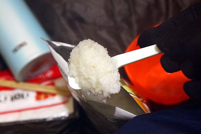 アルファ米は作るのに時間が掛かるので、お湯を入れたらチャックをしっかり閉めて懐に入れる。