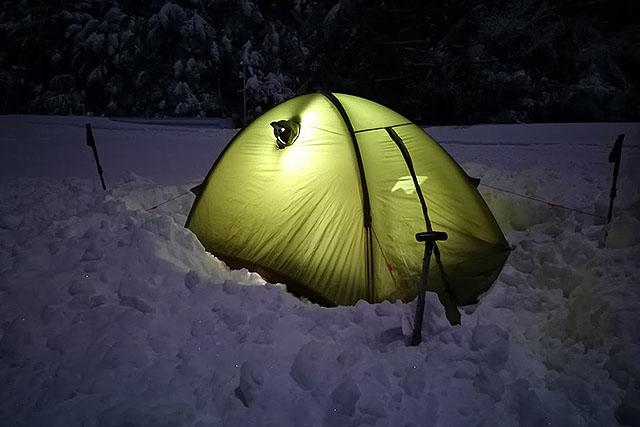 夜のテントは幻想的だ(寒い)。