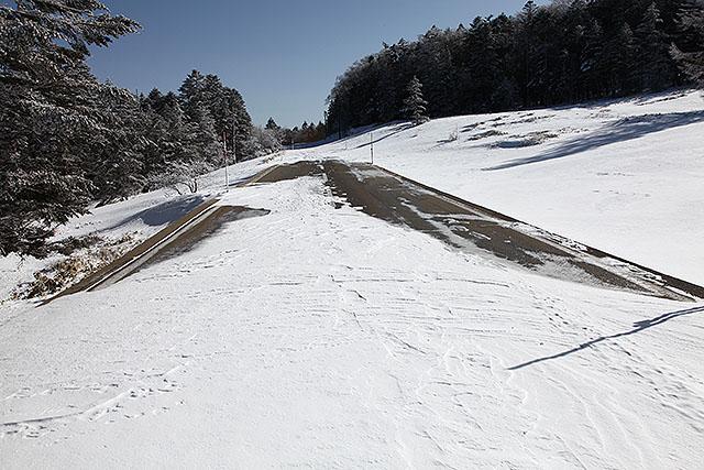 風が強い場所は雪が飛ばされている。