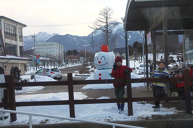 野辺山駅の雪だるまを撮ろうとしたら、前にいた子供がピースサインをしてきた。どこでも子供のリアクションは同じだ。