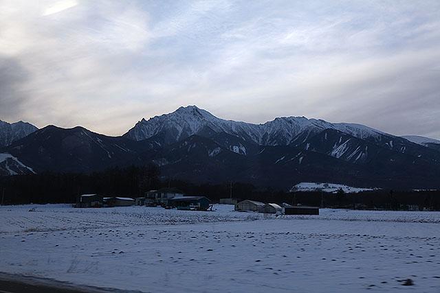東側から見た南八ヶ岳(一番高いのが赤岳)。こちらから見る赤岳はかっこいい。