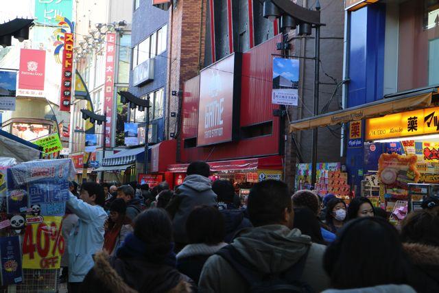 大通りは人でごった返している。色んな国の人がいるのもアメ横の特徴だ。