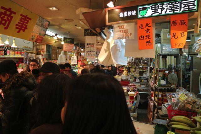地下の食品売り場では外国語が飛び交っている。