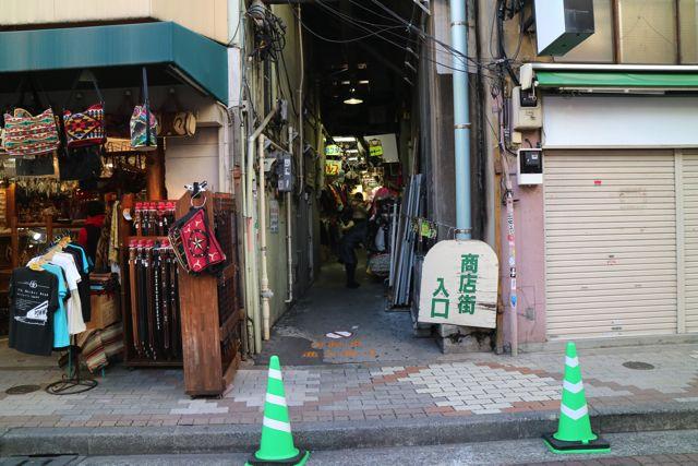 ドラクエのダンジョンの入り口に見えるかもしれないが、商店街の入口だ。