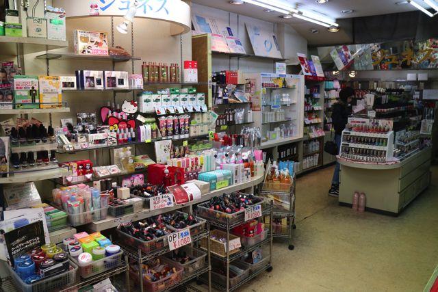 アメ横には化粧品を専門に取り扱っているお店も多い
