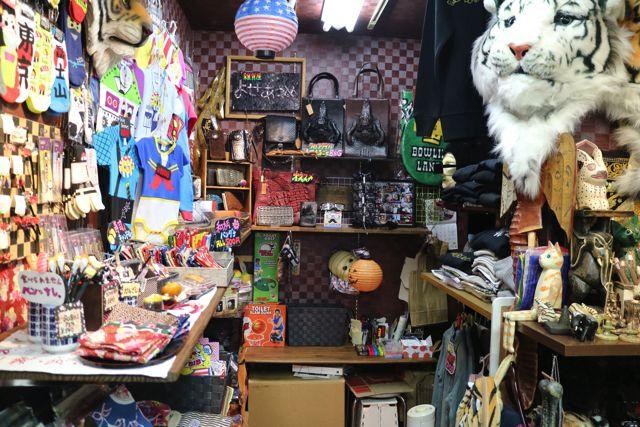 お店は一畳くらいしかないが、商品はギチギチに並べられている。