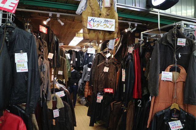理事長のお店は革製品やベルトのバックルなどを多く扱っている。