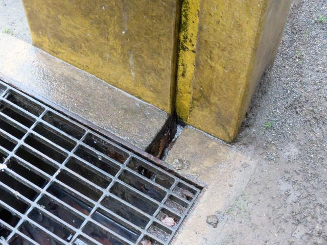 排水溝に直接流れ込むように枠にも溝が掘ってある!