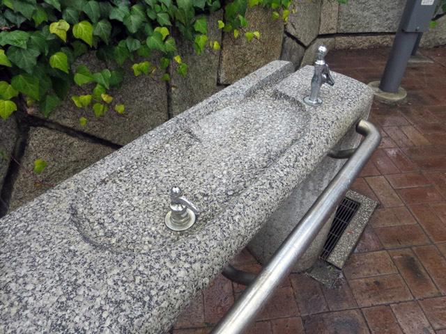 さらに面長なタイプを見つけたのだが、これ右の蛇口の水を完全には受け止められなくないか