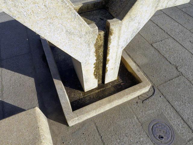 合流後は裏から下に流れ落ち、柱の両サイドをまわって…