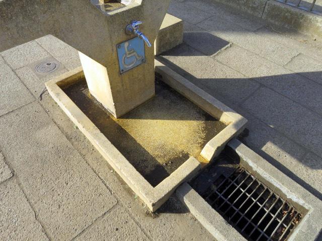 正面に流れ出て、さらに狭い溝を通って排水溝へ