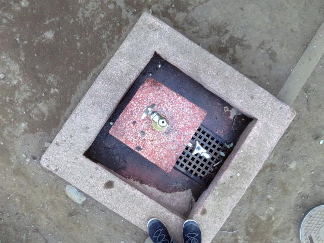 飲まれなかった水はそのまま赤い石の上に落ち、柱の側面を伝って流れ落ちる…のだろうか