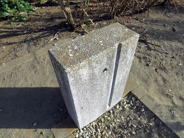 柱に刻まれた一直線の溝が、かつて上に天板が載っていたことを物語る。