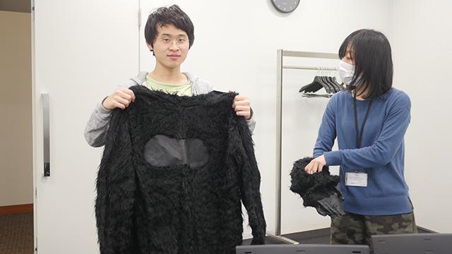 ゴリラのきぐるみがあった。着てもらった稲川くんは俳優だがゴリラ役は初めてだろう