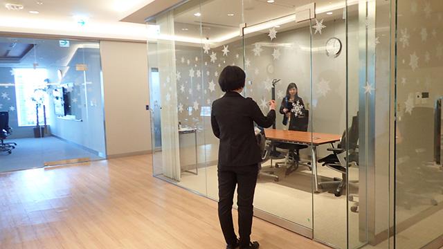 会議室で面接です。ガラスの雪の結晶がかわいい。