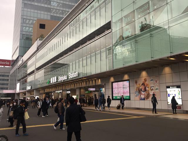 国際色豊かな区域、新宿駅およびバスタ新宿。