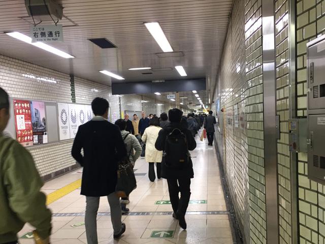 馬喰横山駅と東日本橋駅の乗り換え通路は、割り付け貼り紙ロードである。