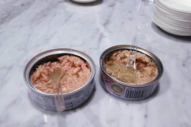 比べてみると、ツナ缶ごとに色も雰囲気もかなり違う。