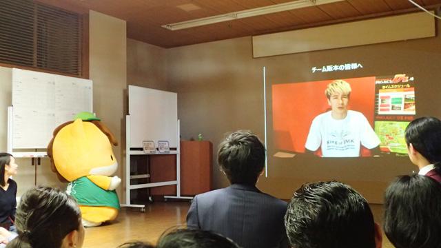 とつぜんのJOYから阪本さんへの応援メッセージ放映。ぐんまちゃんの座りにくそうさがいじらしい。はじまってまだ10分ちょっとだが、会場の群馬濃度の高さに既にくらくらしている