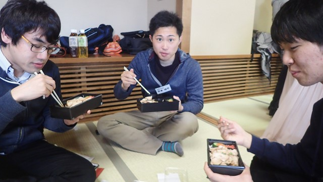 右の人が兵庫。ちなみにチーム編成は、彼らのような3人1組が1チームである。総勢24チームでぶつかりあう