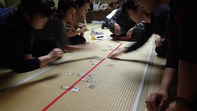 畳には、ビニールテープががっしりと貼られている。お互い、札半分ずつ、自分とちょっと近い距離にあって取りやすくなっている