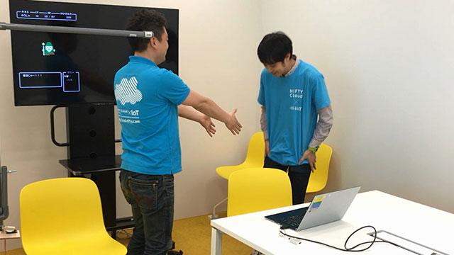 握手を求める上司に、Tシャツで手を拭いてから応じる山本さん