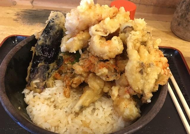 天ぷらを端に積み上げると、やっとご飯が出てくる