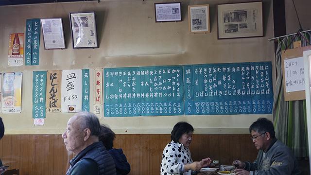 風情があるどころではなく風情しかない域に。メニューはにしんそばから始まる京都らしさ。きぬがさ丼は600円。良心的だが親子丼や他人丼と同じ価格である。京都の人が豆腐好きすぎて肉と肩並べてきた