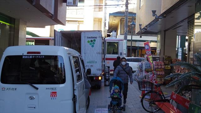 西村さん、バス停の位置が分からず…!