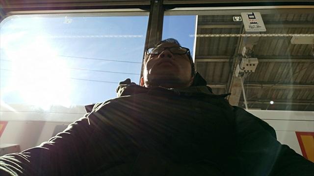 窓が大きいので日差しが暖かい、ぬくぬくと移動中。仏風。
