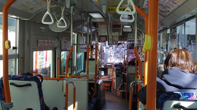7,8人の乗客を乗せてバスは走るが…