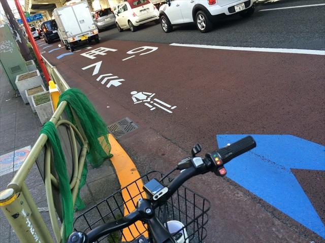自転車は道路を走るように案内表示もある。