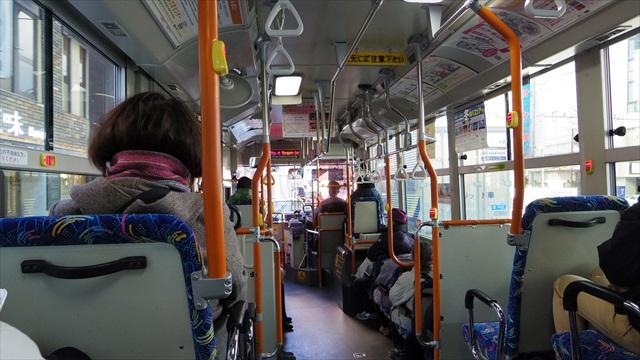 乗客は約20人と随分増えた、乗り降りが激しい証拠。