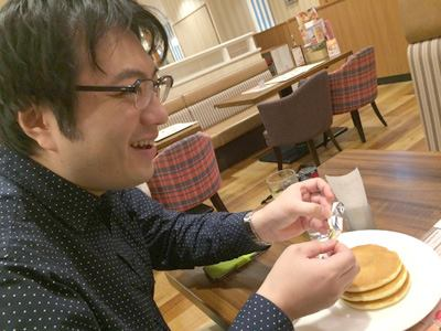 ジョナサンでホットケーキを食べる西村さん。