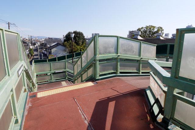 なんとかその構造を伝えるため、順を追って観察していきたい。まずは歩道橋の上に立ったところからスタート。真っ直ぐ行くと階段ルート、右に行くとスロープルートとなる