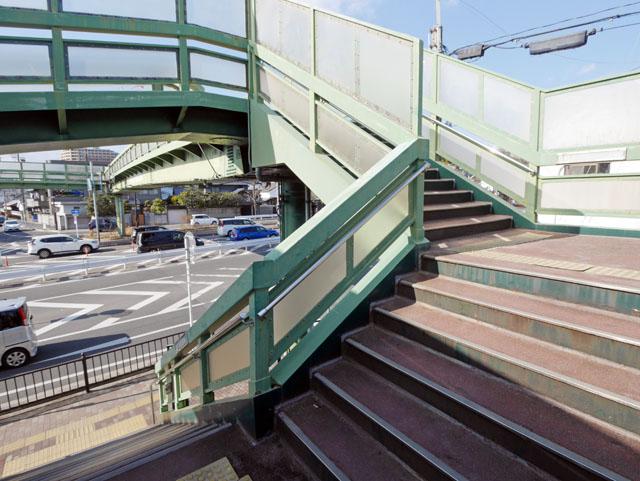 そのあともう一度右にターンすると、地上の歩道が見える。ここだけ見ると、まあ普通の歩道橋だと思えなくもないが、