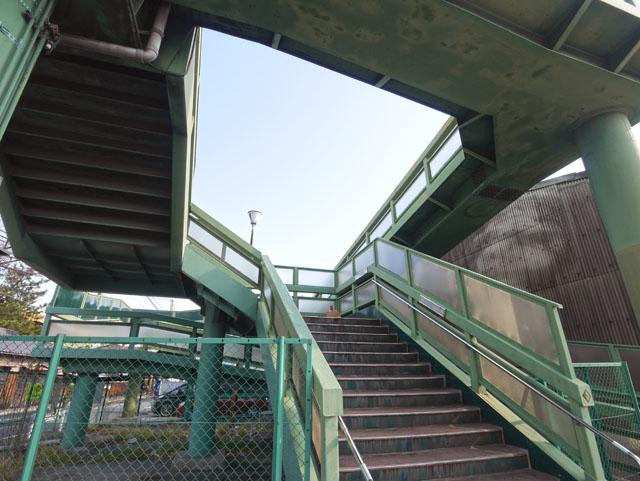 後ろを振り返ると、いま通って来た階段とは別の通路が頭上にあって、これは一体どうなってるんだと、また頭が混乱してくる