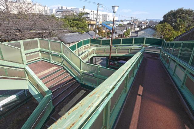 最初の角を左に曲がったスロープ途中の、この場所! 個人的には一番の絶景ポイント。階段とスロープが絶妙にかみ合わさって、無限回廊を思わせる立体構造になっている