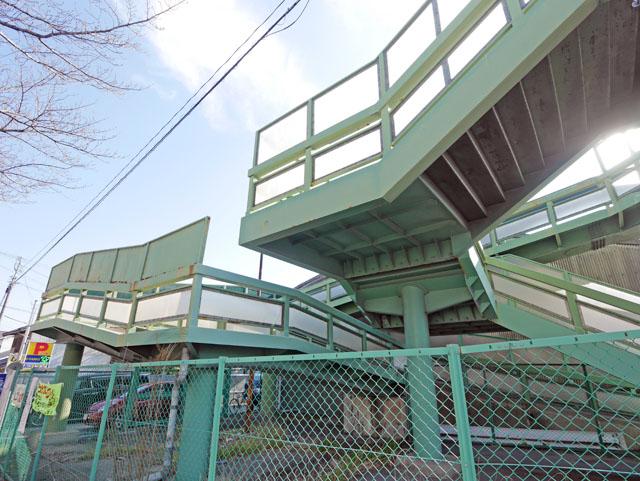 歩道橋エリアの外からもじっくり鑑賞する。フェンスもあるし、こうして見ると遊園地のアトラクションみたいに思えてくる