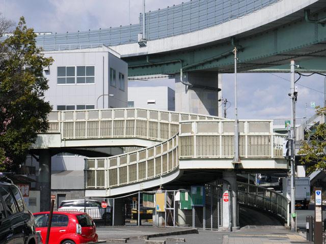 次にやってきたのは、大阪市営地下鉄&大阪モノレール「大日駅」から徒歩約10分の場所にある「庭窪第二歩道橋」。「西の庄歩道橋」を見た後なので、あっさり目に見える