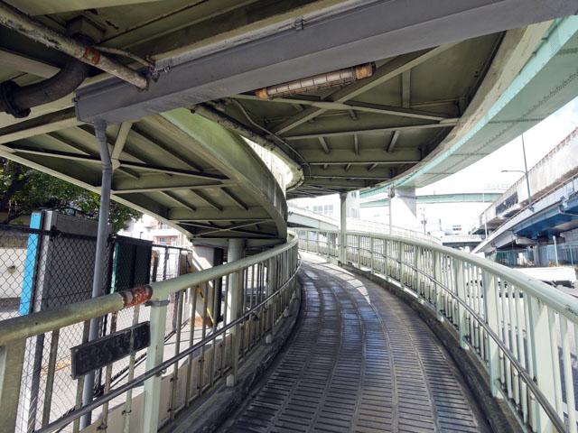 でも鉄道とは違って、こちらは立体構造になっている。この光景、「ジャンクション」を見たときの興奮に近いものがあった。鉄道とジャンクション、高架下が一気に味わえる建築、それが歩道橋(と、いま思い知った)