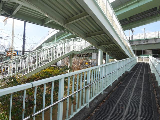 と、頭では分かってるんだけど、やっぱりこういう構造を見ると興奮してしまう。この歩道橋がすごいのは、高速道路の高架も一緒に見られるところだ