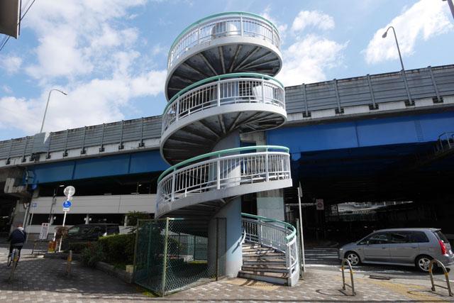 見てすぐに分かる、この螺旋の美しさ。最小の土地に階段を付けようと思うと、こういう形になってしまうのだろう。螺旋階段は上るのが意外と面倒なためか、私が撮影している最中にここを通る人は誰もいなかった