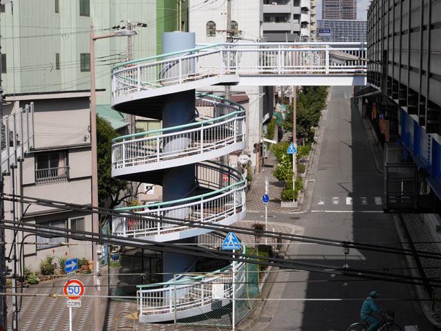 遠景。階段を上りきった先で、道路の上も跨いでいる。普通の歩道橋に比べて標高が高いため、空中通路のようにも見える