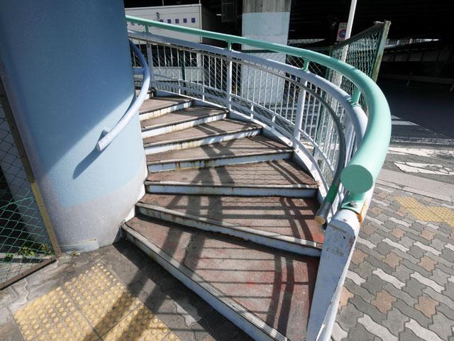 これが螺旋階段の入り口である。こういうの、なぜだかワクワクしてしまう。今から上っていくんだという高揚感がある