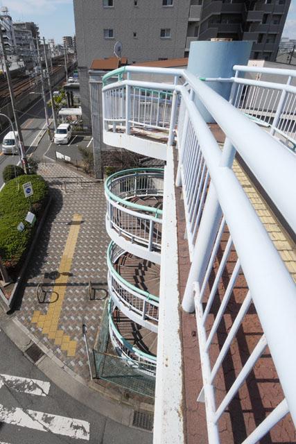 上りきったらこの高さである。建物の三階分くらいあるので、普通の歩道橋気分で下を見ると面食らう