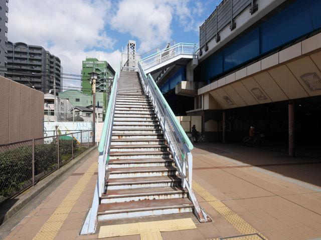 渡りきった先は、このような普通の階段だった。螺旋階段に比べると、敷設のためにかなりの土地が必要なことが分かる。こういうオーソドックスな階段こそが贅沢品なのかもしれない